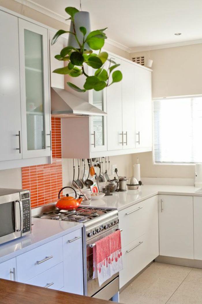 küchenspiegel küchenrückwand kleine wandfliesen orange weiße küchenschränke