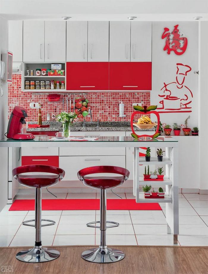 küchenspiegel küchenrückwand mosaik wandfliesen rot weiße küchenschränke kücheninsel barhocker rot metall