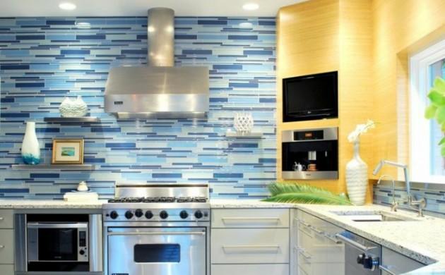 küchenspiegel-küchenrückwand-mosaikoptik-blau-weiß-wandregale