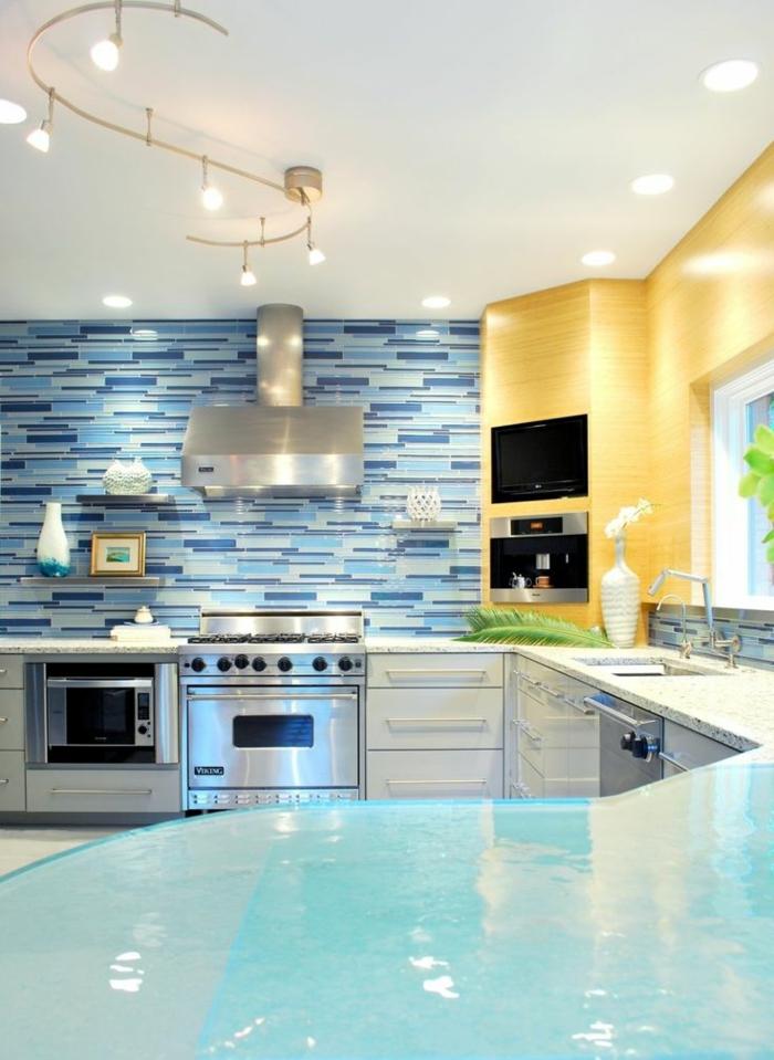 küchenspiegel küchenrückwand mosaikoptik blau weiß wandregale