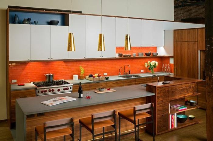 küchenspiegel küchenrückwand orangefarbene wandfliesen weiße küchenschränke pendelleuchten gold