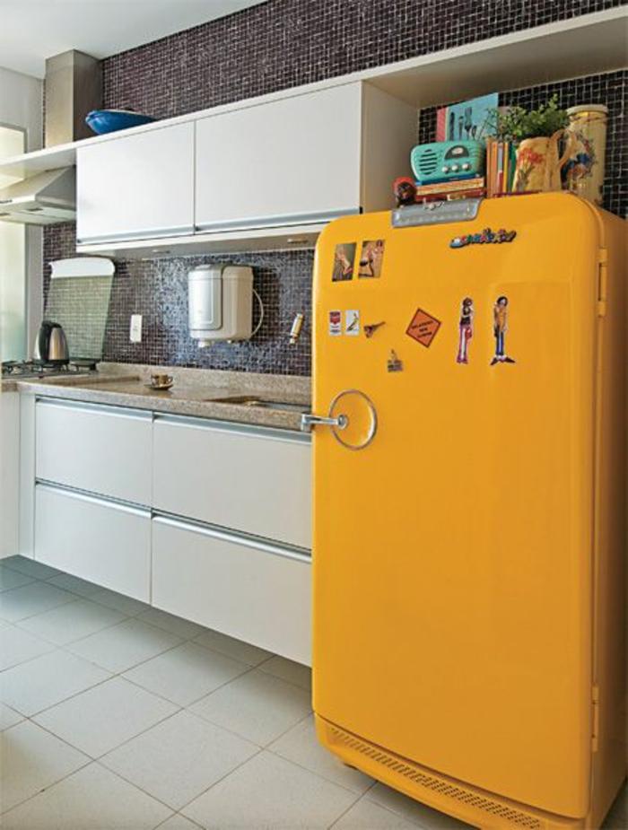 küchenrückwand schwarze wandfliesen gelber retro kühlschrank
