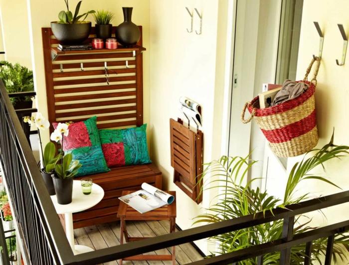kleinen balkon gestalten dekokissen pflanzen