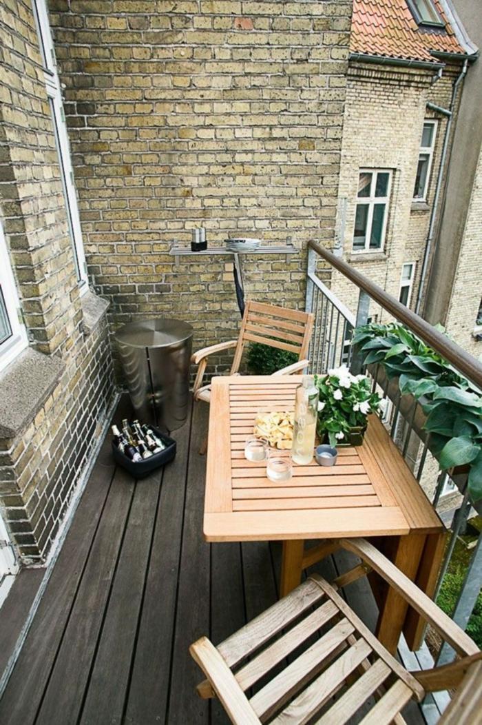 kleinen balkon gestalten klapbare balkonmöbel pflanzen holzboden
