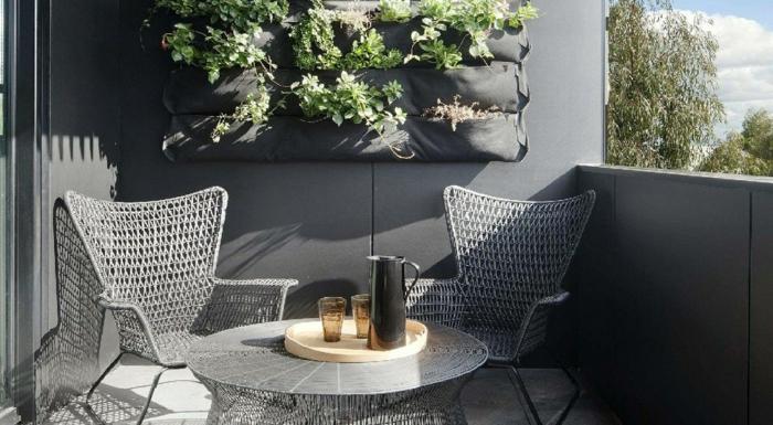 kleinen balkon gestalten wanddeko pflanzen moderne balkonmöbel