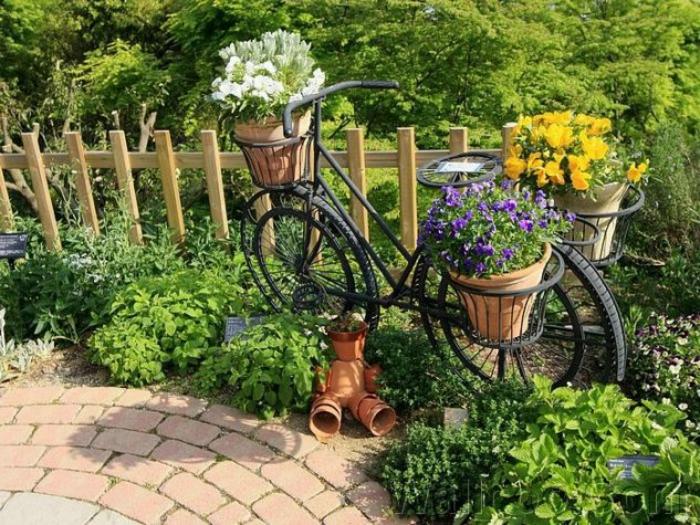kreative gartenideen für kleine gärten fahrrad braun