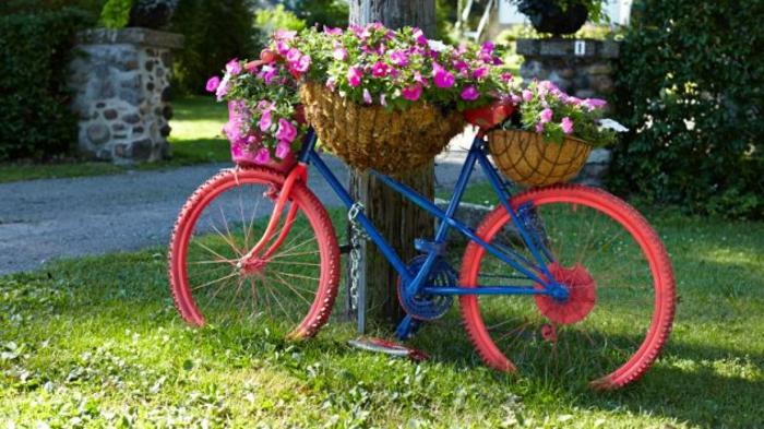 kreative gartenideen für kleine gärten fahrrad hinweiß