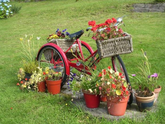 kreative gartenideen für kleine gärten fahrrad weidenkörbe
