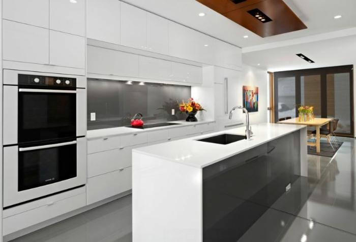 moderne küchen minimalistische einrichtung spiegeloberflächen blumen essbereich