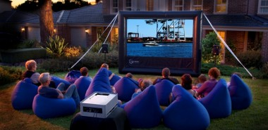 open-air-kino-kreative-gartenideen-freiluft-kino-blaue-sessel