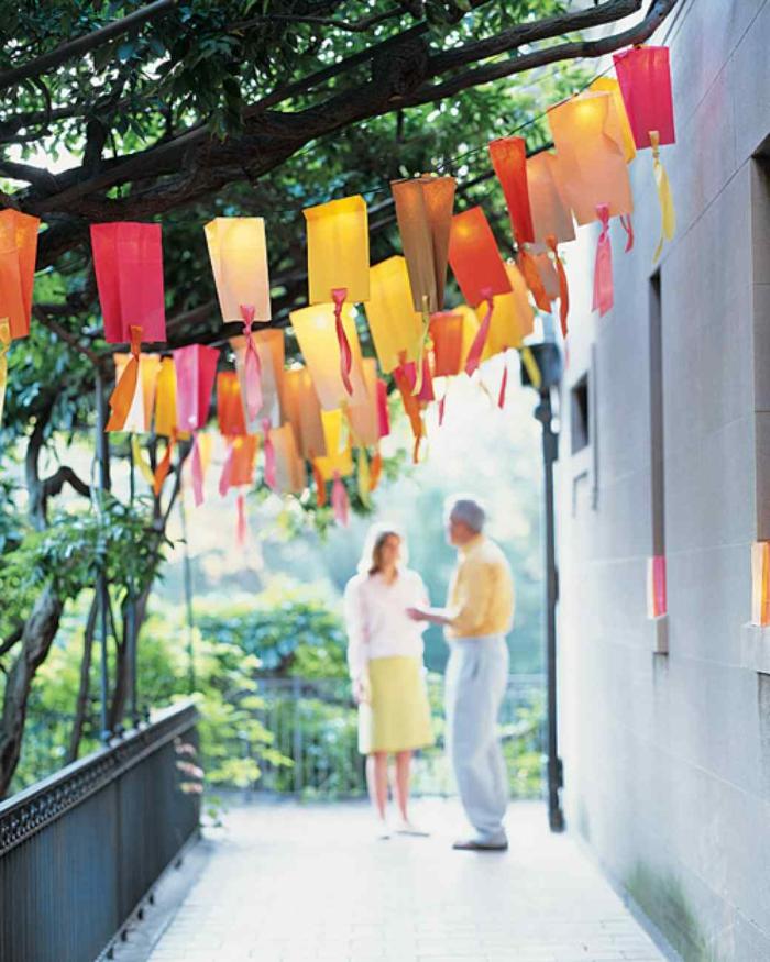party deko ideen sommerparty farbige girlanden aufhängen