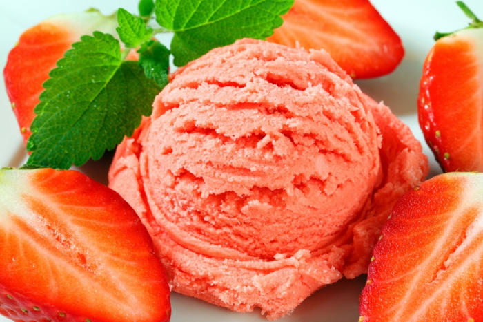Eisrezepte mit erdbeeren eis machen erdbeereis kugel frisch