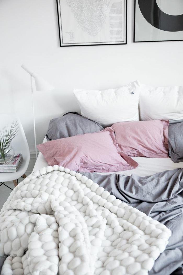 schlafzimmer einrichten dekokissen bettwäsche pastellnuancen weiße wände