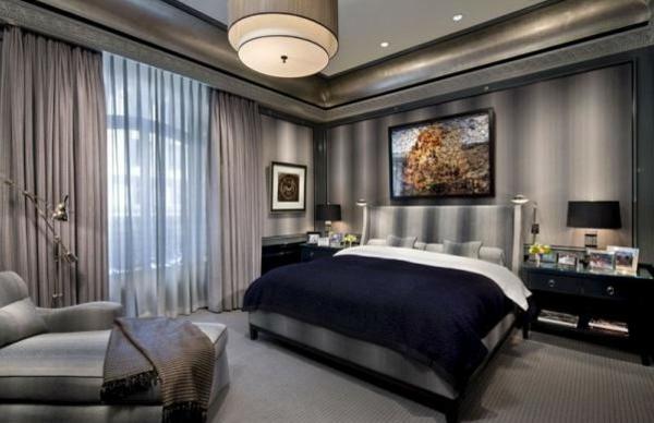 schlafzimmer einrichten doppelbett graue wände vorhänge gardinen kronleuchter sessel