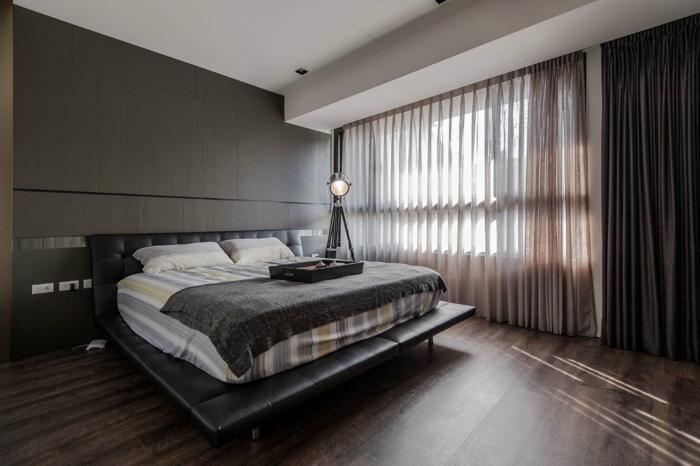 schlafzimmer einrichten dunkle wände boden holzoptik funktionales bett leder gardinen