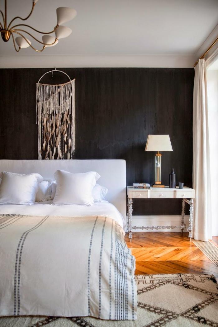 schlafzimmer einrichten dunkle wandgestaltung teppichmuster leuchter