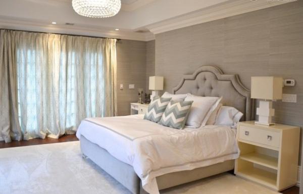 schlafzimmer einrichten graues kopfteil kristallkronleuchter chevron muster kissen