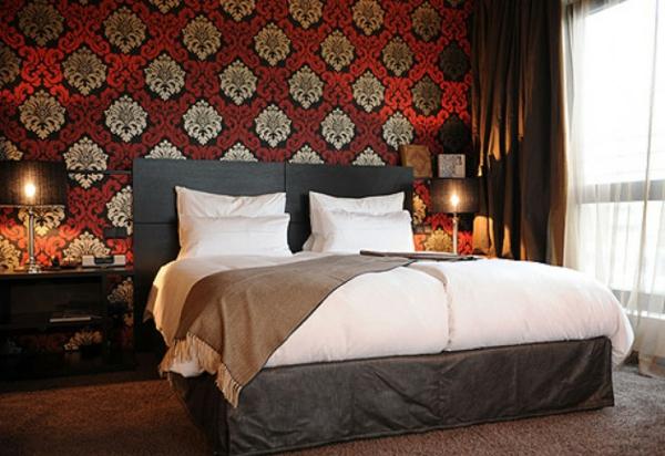 schlafzimmer einrichten klassische mustertapete doppelbett tischleuchten nachtkonsolen
