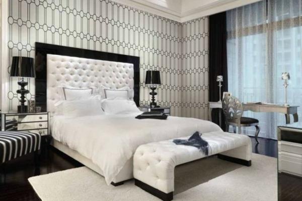 schlafzimmer einrichten neutrale farben waißes leder kopfteil bettbank gemusterte tapete