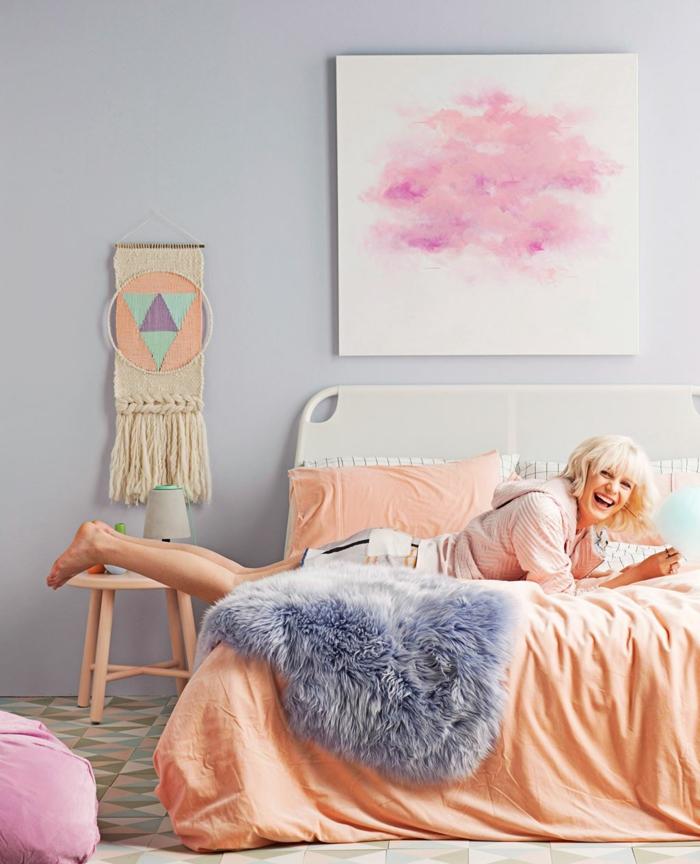 schlafzimmer einrichten pastellfarben orange bettwäsche helle wände geometrischer boden