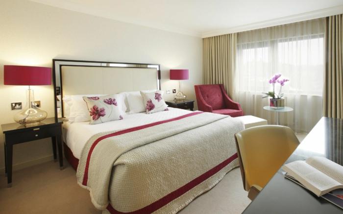 schlafzimmer einrichtung schönes bettkopfteil rote akzente teppichboden