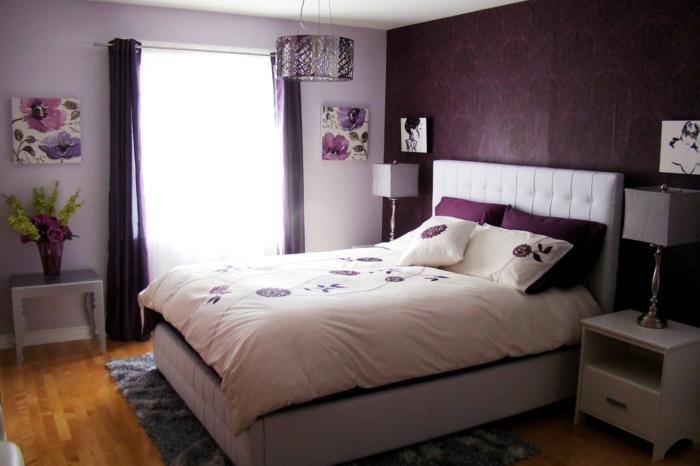 schlafzimmer einrichtung wanddeko blumen lila gardinen