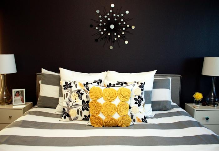 schlafzimmer schwarz dekokissen mustrer streifen bettwäsche