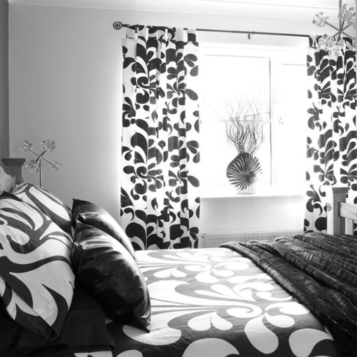 schlafzimmer schwarz weiß bettwäsche gardinenmuster weiße wände coole leuchte