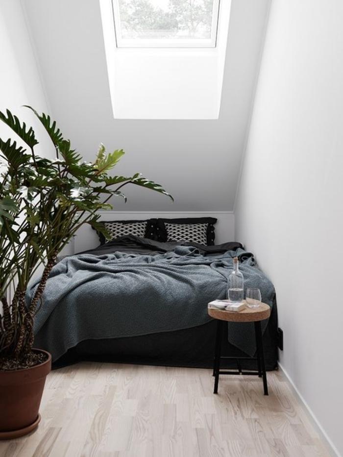 schlafzimmer schwarz weiß dunkle bettwäsche dachschräge pflanze beistelltisch