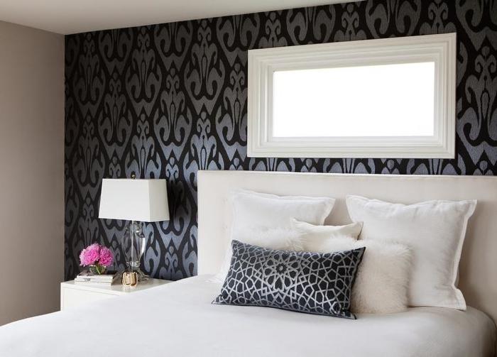 schlafzimmer schwarz weiß elegante tapete schwarz silber weiße bettwäsche