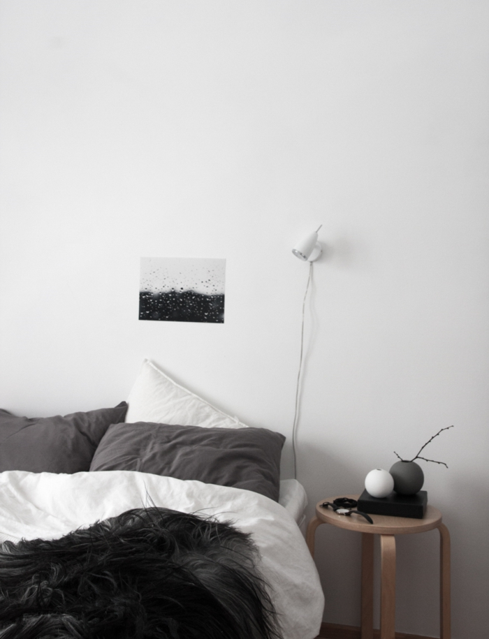 schlafzimmer schwarz weiß runder beistelltisch schwarze decke