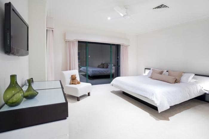 schlafzimmer schwarz weiß schwarze akzente spiegeloberflächen hellrosa gardinen