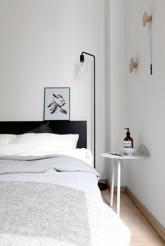 schlafzimmer schwarz weiß schwarzes bettkopfteil weiße wände