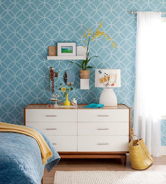 schlafzimmer tapeten blau heller teppichläufer kommode