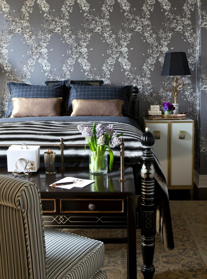 Schlafzimmer Tapeten Elegant Blumen Streifen Sessel