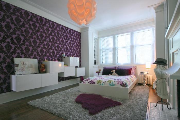 schlafzimmer tapeten lila elegant farbige bettwäsche stauraum ideen
