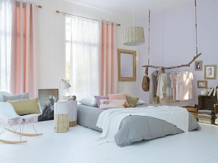 schlafzimmergestaltung farbgestaltgung weiße wände gardinen pastellnuancen schaukelstuhl
