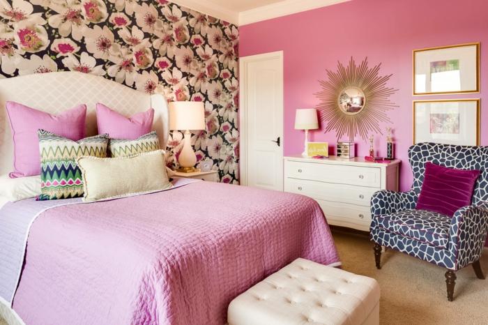 schlafzimmergestaltung farbige akzentwand blumenmuster rosa wandfarbe weiße möbel