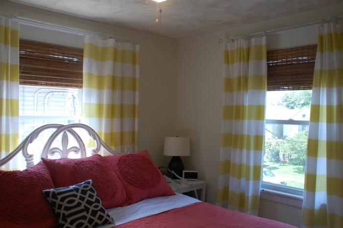 schlafzimmergestaltung gardinen streifenmuster gelb weiß jalousien