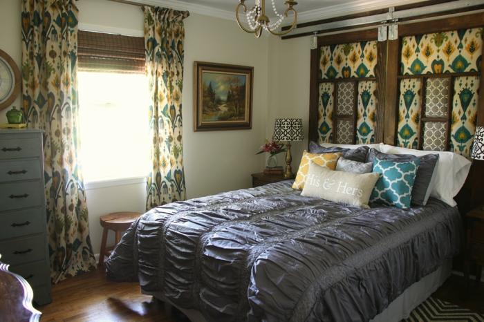 schlafzimmergestaltung gardinenmuster raffrollo schöne wandgestaltung luxuriöse bettwäsche