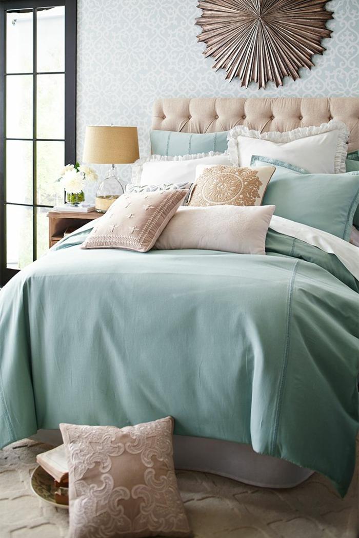 schlafzimmergestaltung grüne bettwäsche pastellnuancen dekokissen