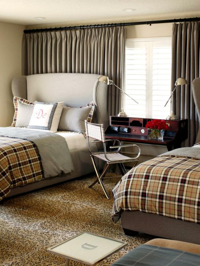 schlafzimmergestaltung jalousien schlichte gardinen teppichboden tiermuster