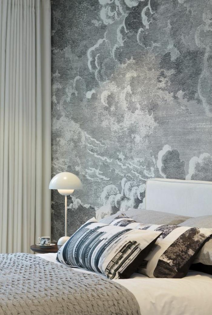 schlafzimmergestaltung wandgestaltung neutrale tapete dekokissen