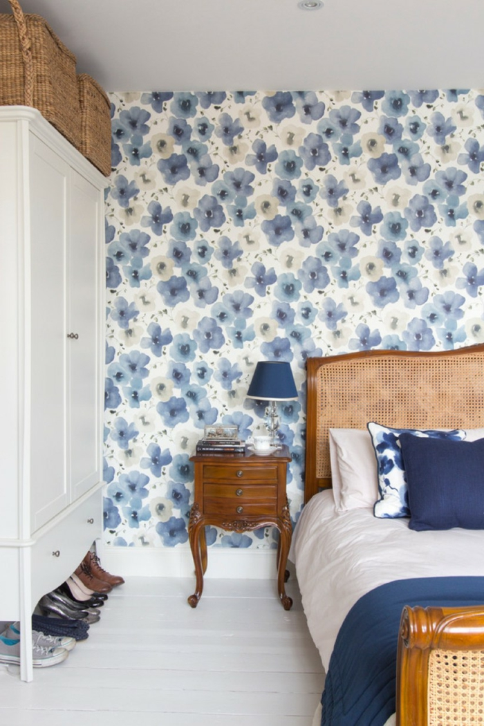 schlafzimmergestaltung wandgestaltung tapetenmuster blumen holzboden weiß