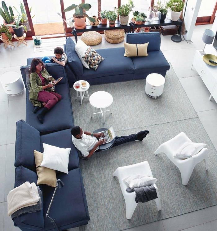 Erstaunlich Sofa Blau Ecksoafa Hellgrauer Teppich Dekokissen Pflanzen
