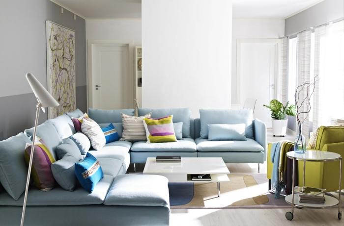 sofa blau hellblau farbige dekokissen grüner sessel neutrale wände