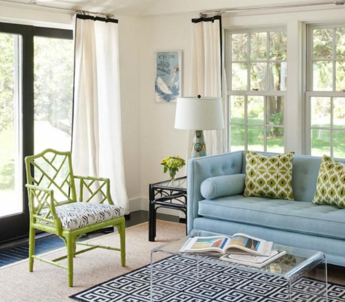 sofa blau hellblau geometrischer teppich grüne akzente weiße gardinen