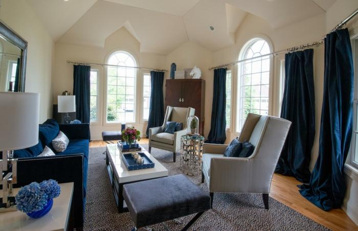 sofa blau helle sessel blaue gardinen helle wände