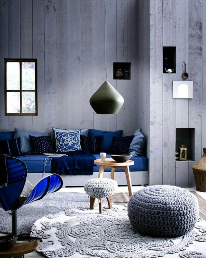 sofa blau runder teppich hängeleuchte