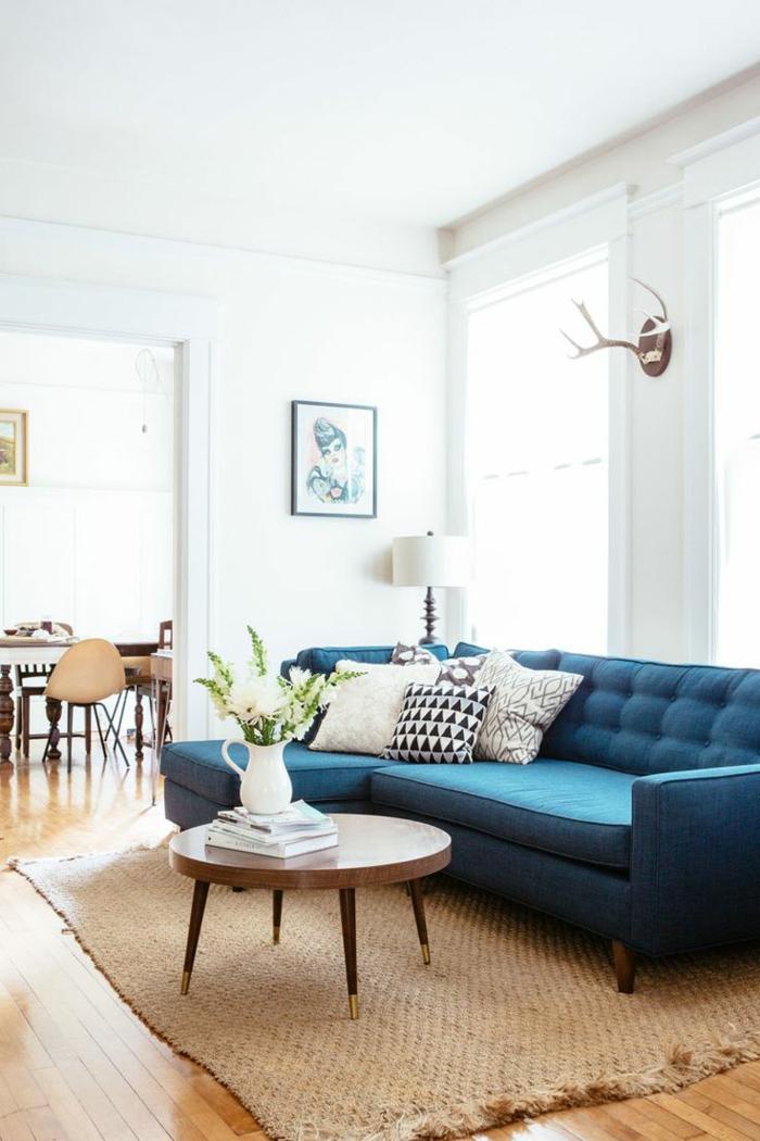 sofa blau sisalteppich weiße wände runder couchtisch